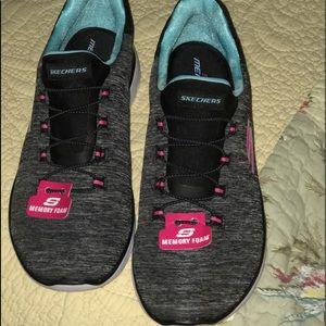 NWT Skechers w/MEMORY FOAM. Grey/black Size 8.5
